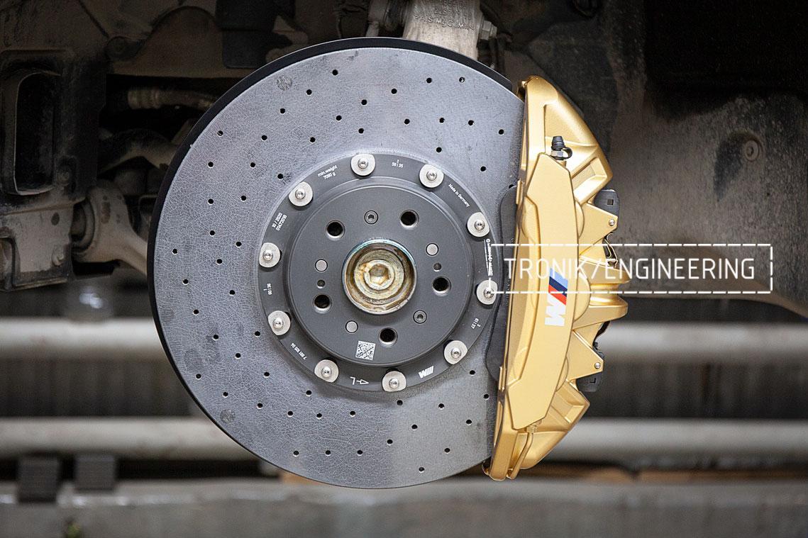Передний карбон-керамический тормозной диск и тормозной суппорт передней оси