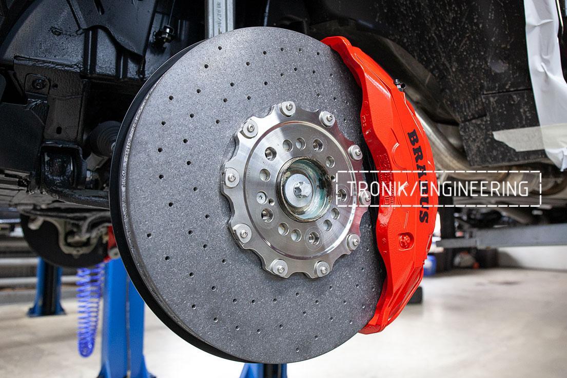Передний карбон-керамический тормозной диск 440-40 мм и 10-ти поршневоой суппорт